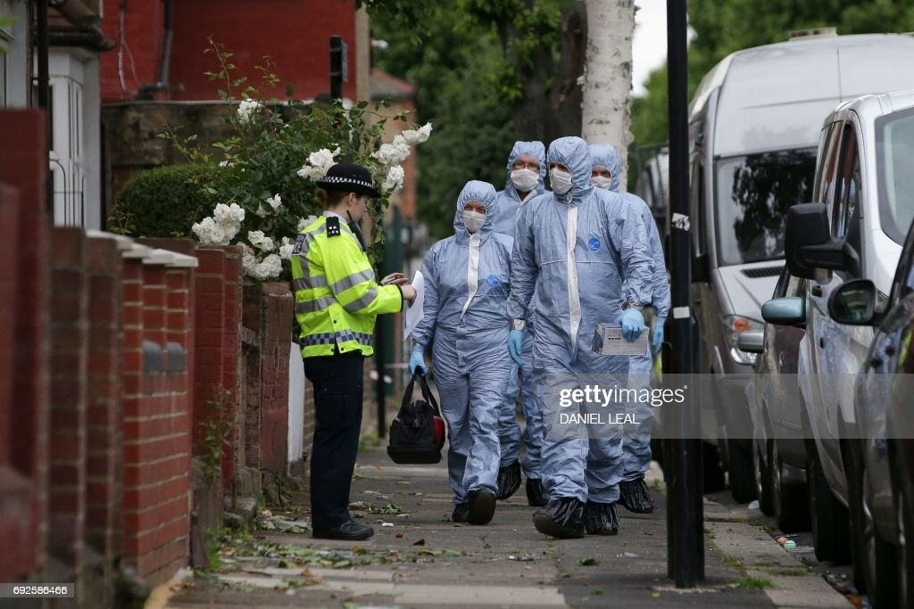 TOPSHOT - Police forensics officers continue to work at a residential property in east London on June 5, 2017, following a raid as part of their investigations following the June 3 terror attacks in central London. Police carried out fresh raids and arrested 'a number of people' on Monday after the Islamic State group claimed an attack by three men who mowed down and stabbed revellers in London on June 3, killing seven people, before being shot dead by officers. / AFP PHOTO / Daniel LEAL