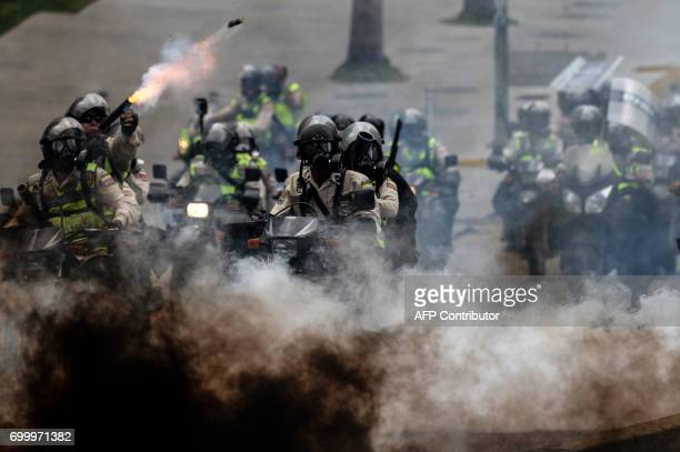 TOPSHOT Police in riot gear clash with opposition activists during an antigovernment protest in Caracas on June 22 2017 / AFP PHOTO / FEDERICO PARRA
