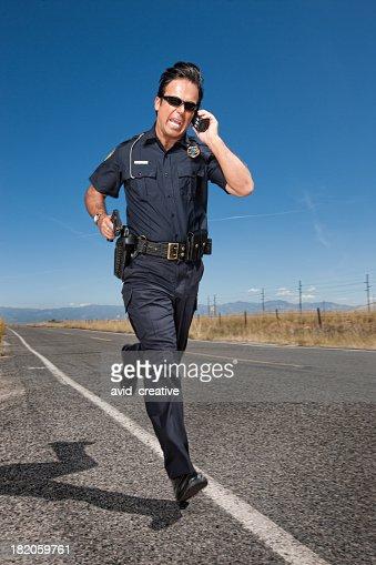 警察官刑事道路を追う