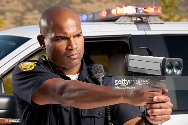 Ufficiale di polizia di controllare la velocità del veicolo con radar gun