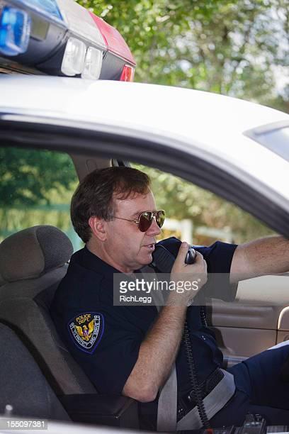 Polizist in einem Auto