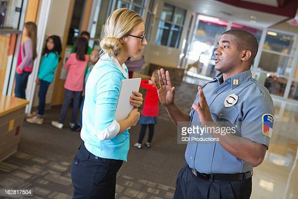 Polizist Gespräch mit Lehrer außerhalb Ihrer parlamentarische Bestuhlung