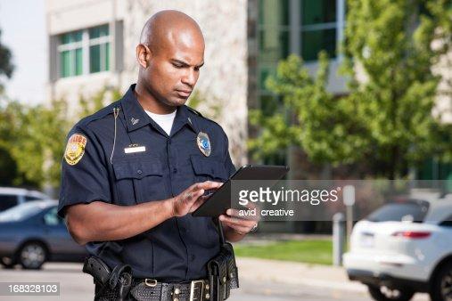 警察官のタブレットコンピューターを使用して