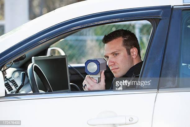 Agente di polizia con Pistola radar