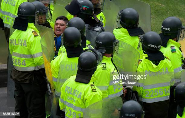 Police officers arrest a taxi driver during a protest against the private hire company Uber in Bogota on Ocotober 23 2017 / AFP PHOTO / Raul ARBOLEDA