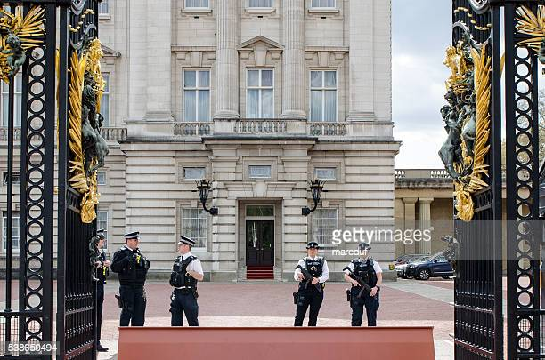 Cinq officiers de Police à l'entrée du palais de Buckingham