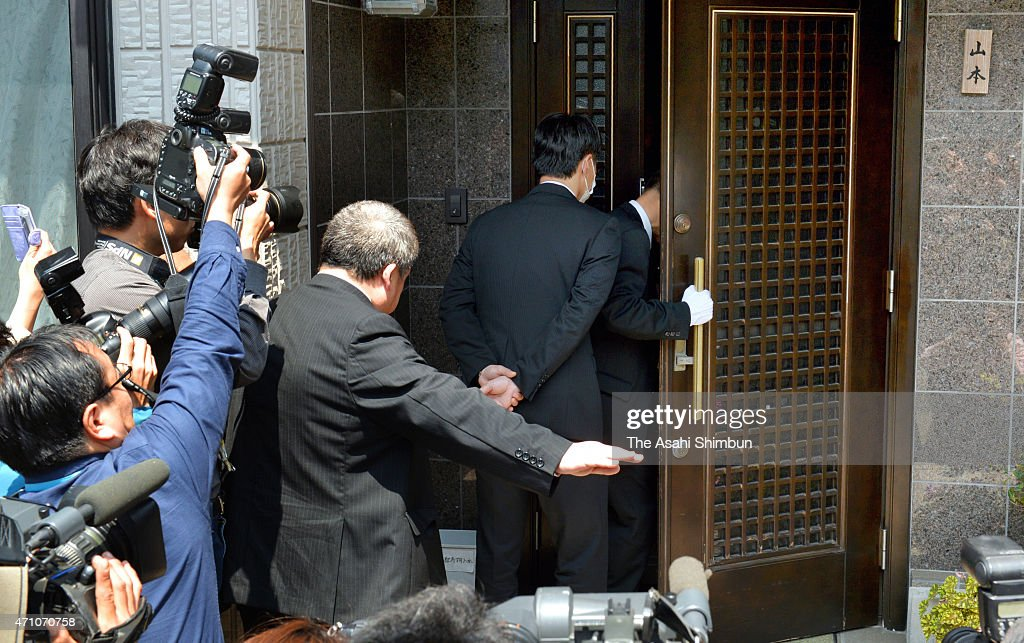 Police officers enter the home of suspect Yasuo Yamamoto for raid on April 25 2015 in Obama Fukui Japan Yamamoto unemployed turned himself in to the...
