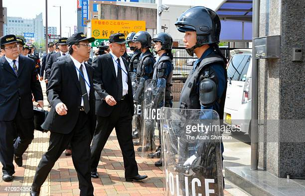 Police officers enter while riot police stand guard outside the Kudokai Yakuza syndicate office on April 24 2015 in Kitakyushu Fukuoka Japan Police...