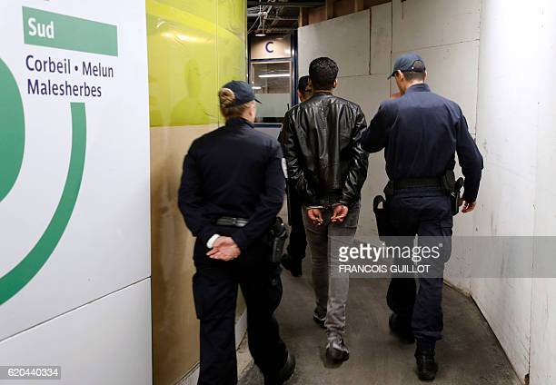Police officers of the Brigade des Réseaux Ferrés detain a man during a patrol in the metro in Paris on November 2 2016 / AFP / FRANCOIS GUILLOT