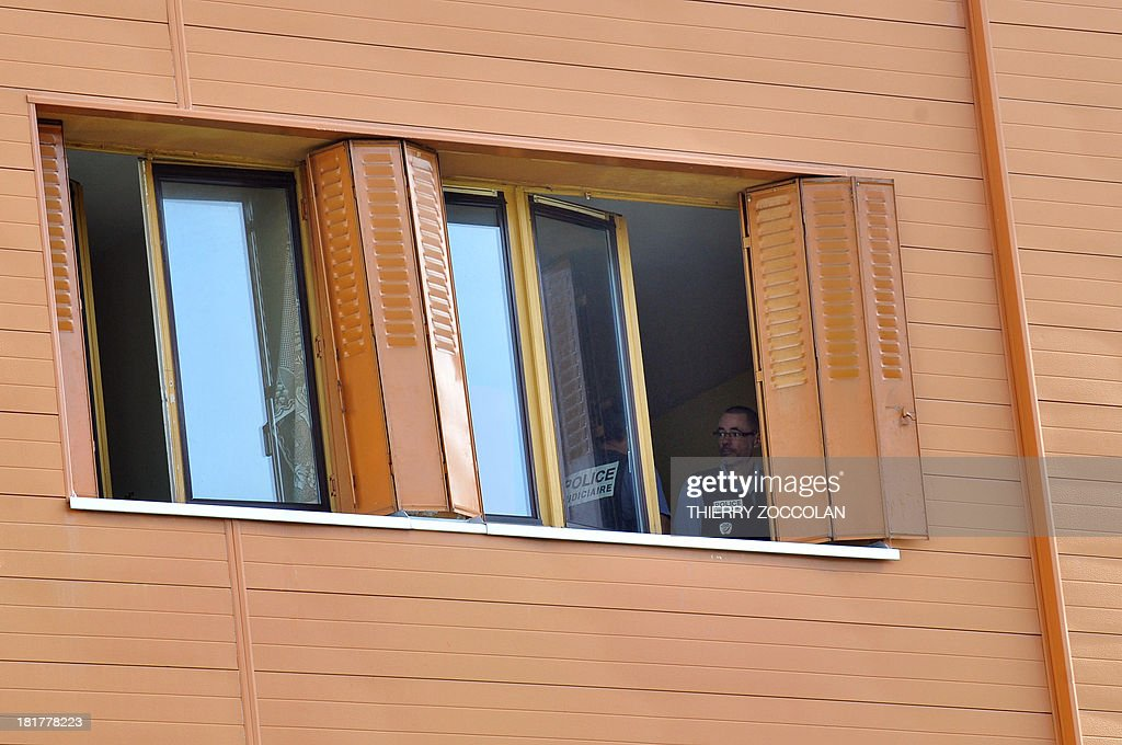Police officers proceed an investigation, on September 25, 2013 in Clermont-Ferrand, in the appartment where lives the mother of Fiona, a five-year old girl who disappeared last May 12. AFP PHOTO THIERRY ZOCOLAN