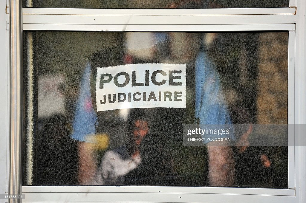 Police officers proceed an investigation, on September 25, 2013 in Clermont-Ferrand, in the appartment where lives the mother of Fiona, a five-year old girl who disappeared last May 12.