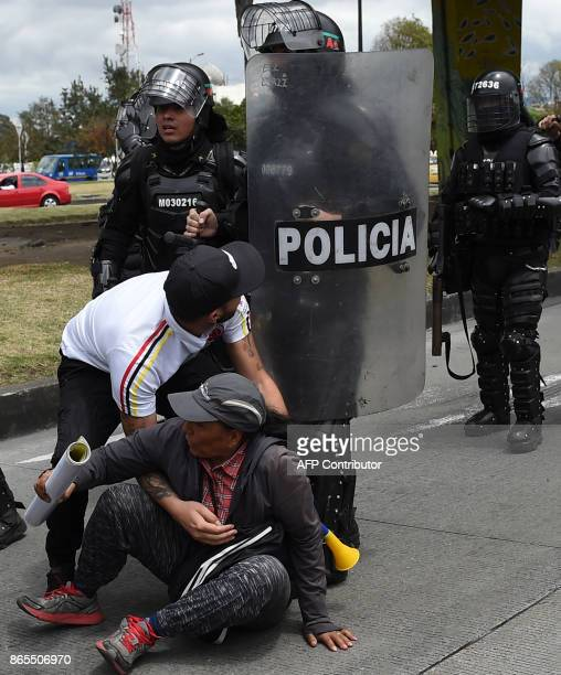 Police officers try to disperse taxi drivers staging a protest against the private hire company Uber in Bogota on Ocotober 23 2017 / AFP PHOTO / Raul...