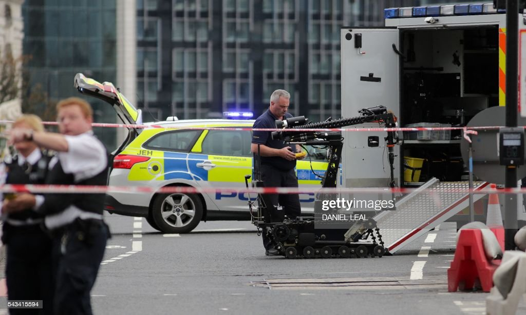 Police prepare to send a robot to investigate an abandoned car on Westminster Bridge, close to the Palace of Westminster in central London on June 28, 2016. The bridge was closed to tarffic and pedestrians while the police sent a robot to check on the vehicle on Tuesday afternoon. / AFP / DANIEL