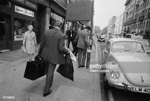 Police remove evidence from the scene of a robbery at the Baker Street branch of Lloyds Bank 13th September 1971 Thieves broke into the vault and...