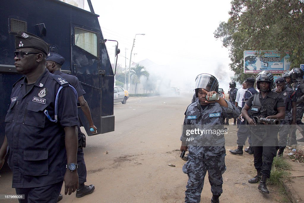 Police retreat after firing tear gas at protesters angry over alleged vote-rigging on December 8, 2012 in Accra.Ghanaian authorities fired tear gas on Saturday to disperse a crowd of more than 100 people in the capital Accra who were angry over rumours of rigging in the country's elections.