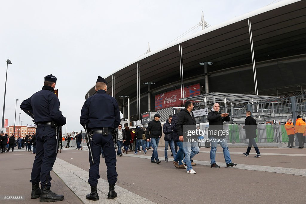 Police stand guard before the Six Nations international rugby union match between France and Italy at the Stade de France in Saint-Denis, north of Paris, on February 6, 2016. AFP PHOTO / THOMAS SAMSON / AFP / THOMAS SAMSON