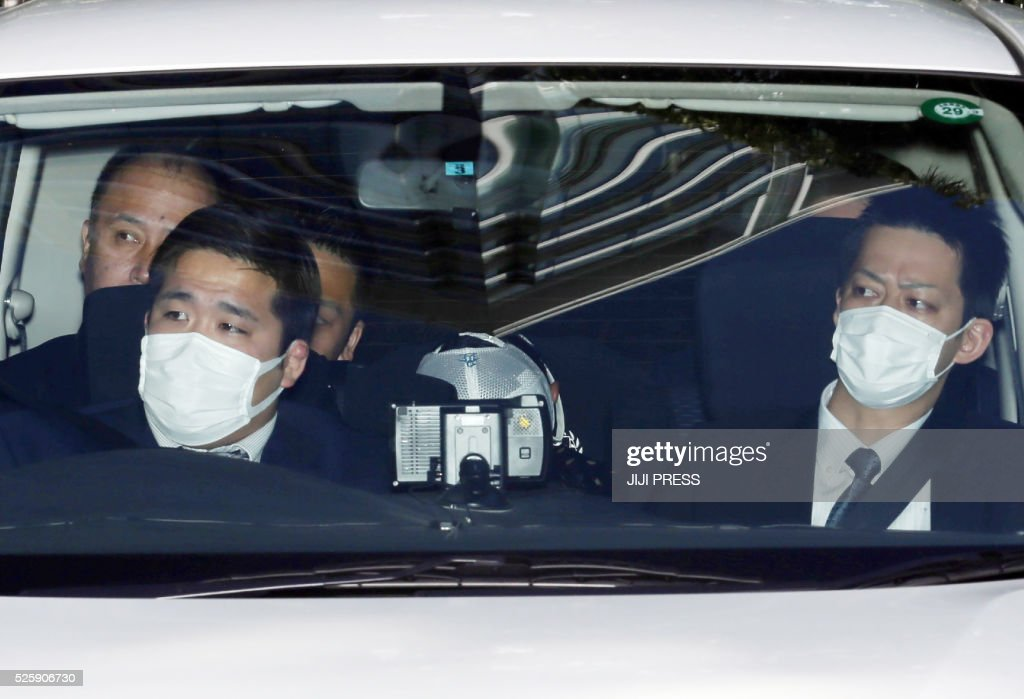 A police vehicle carrying former Yomiuri Giants pitcher Shoki Kasahara (C) arrives at a police station in Tokyo on April 29, 2016. Kasahara was arrested April 29 on charges that he helped organise baseball gambling, Tokyo police said, in a widening scandal in Japan's leading sport. / AFP / JIJI PRESS / JIJI PRESS / Japan OUT