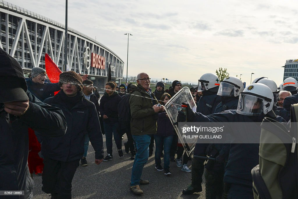 A police woman uses pepper spray against a protester as the police escorts a party member to the party congress of German right wing party AfD (Alternative fuer Deutschland) at the the Stuttgart Congress Centre ICS on April 30, 2016, in Stuttgart, southern Germany. Protesters tried to block the access to the party conference of the 'Alternative Fuer Deutschland' (Alternative for Germany) with around 400 being taken into custody. / AFP / Philipp GUELLAND