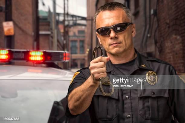 Policeman retención de realizar un pie atado al suelo
