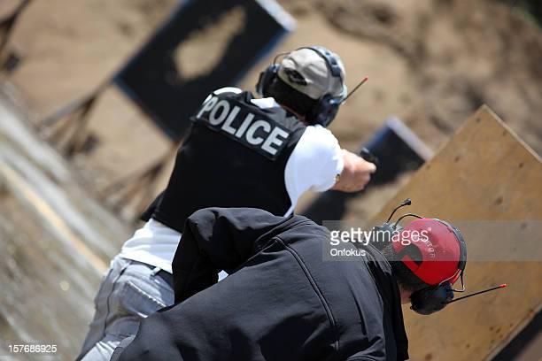 Policeman Officer 射撃 9 mm の拳銃、インストラクター