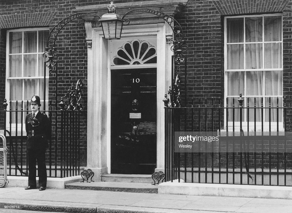 a policeman outside number 10 downing street the london residence pictures getty images. Black Bedroom Furniture Sets. Home Design Ideas