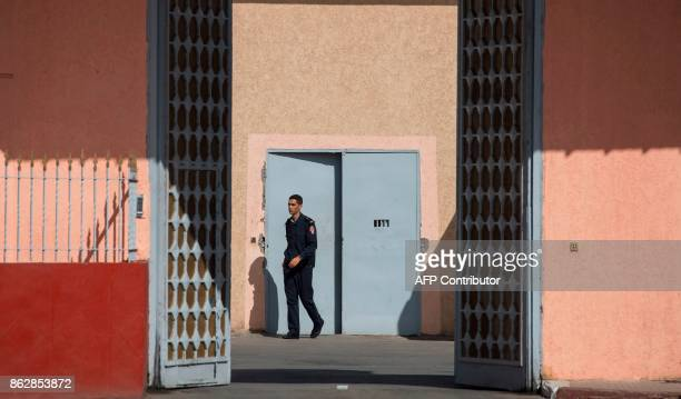 A policeman walks at the Oukacha prison in the Moroccan city of Casablanca on October 18 2017 / AFP PHOTO / FADEL SENNA
