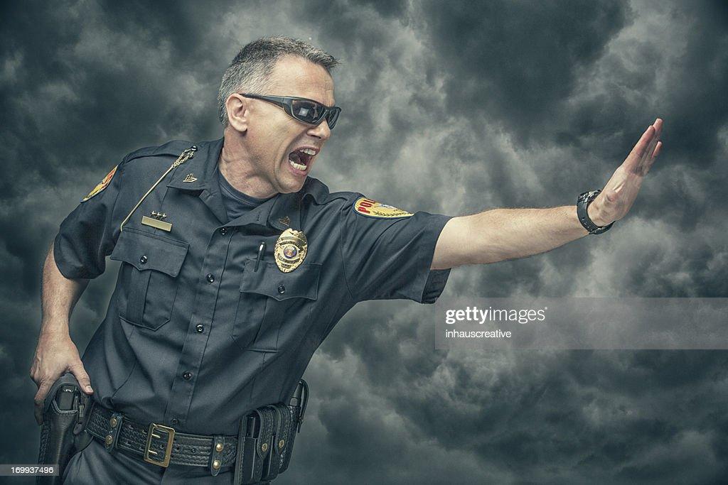 Polícia yelling e Gesticular para parar : Foto de stock