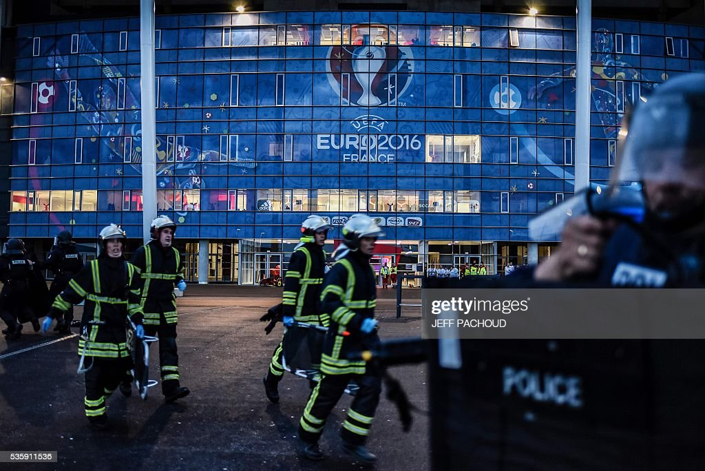 Policemen and firemen take part in a mock suicide attack exercise as part of security measures for the upcoming Euro 2016 football championship, at the Parc Olympique Lyonnais stadium in Decines-Charpieu, near Lyon, central-eastern France, on May 30, 2016. / AFP / JEFF