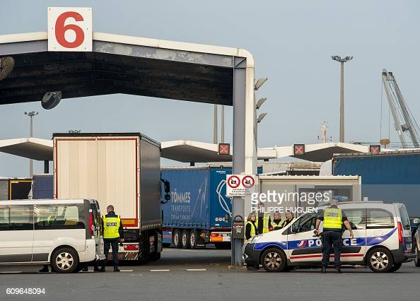 Policemen and security employees search trucks bound for Britain at the ferry terminal of the port of Calais on September 21 2016 / AFP / PHILIPPE...