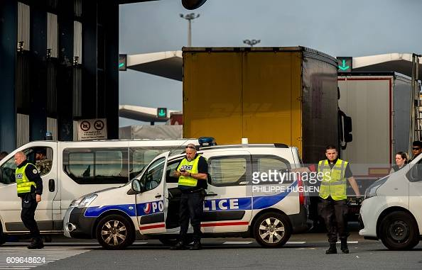 Policemen and security employees stand guard at the ferry terminal of the port of Calais on September 21 2016 / AFP / PHILIPPE HUGUEN