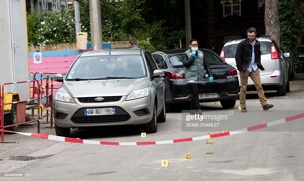 Policemen are at work, on May 25, 2016 in Lille at the scene where a man was shot dead by policemen during an anti-drug operation overnight. / AFP / DENIS