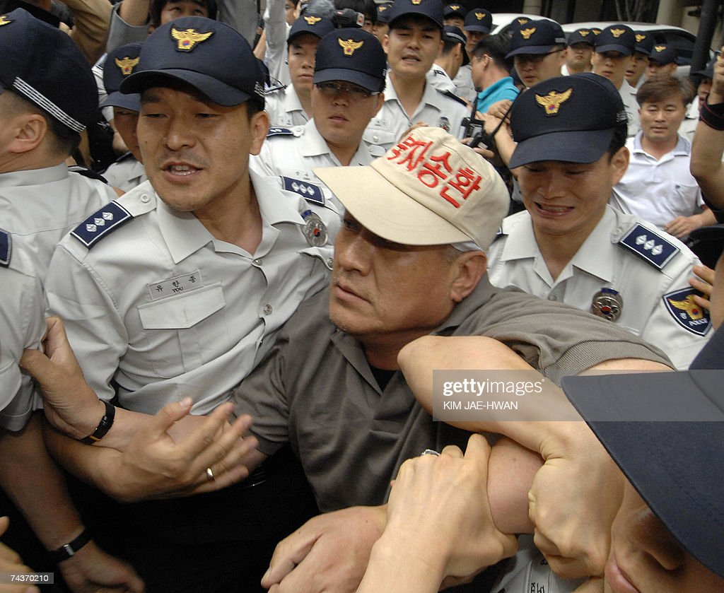 Policemen detain Choi Sung-Yong, president of the South Korean People Representing Families Abducted by North Korea, after the activist and his colleagues entered a luxury hotel where inter-Korean ministerial talks were held, in Seoul 01 June 2007. The four-day meeting broke down over the delayed shipment of rice from South Korea. AFP PHOTO/KIM JAE-HWAN
