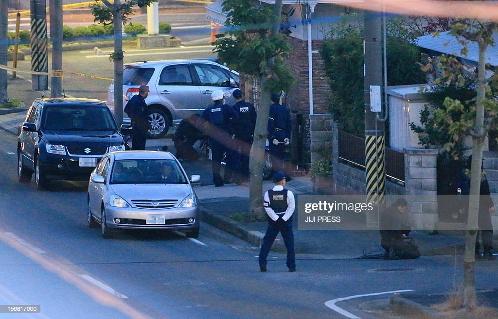 Policemen erect a cordon near a bank where a man was holding hostages in Toyokawa city in Aichi prefecture, central Japan on November 22, 2012. A knifeman was holding hostages at a Japanese bank on November 22, police said, with local media reporting he was demanding Prime Minister Yoshihiko Noda's cabinet resign. AFP PHOTO / JIJI PRESS JAPAN OUT