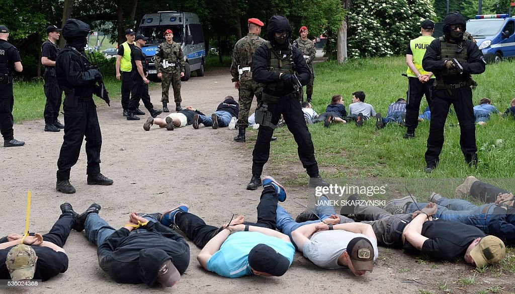 Policemen from anti-terrorism unit detain people during anti-terrorism exercises on May 31, 2016 in Warsaw. Polish anti-terrorism units hold exercises in Poland's national stadium in Warsaw where NATO will hold summit in July. / AFP / JANEK