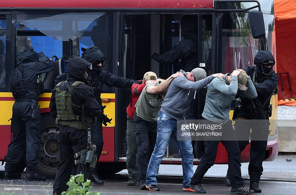 Policemen from anti-terrorist unit practice freeing hostages from a hijacked bus during an anti-terrorism exercises on May 31, 2016 in Warsaw. Polish anti-terrorism units hold exercises in Poland's national stadium in Warsaw where NATO will hold summit in July. / AFP / JANEK