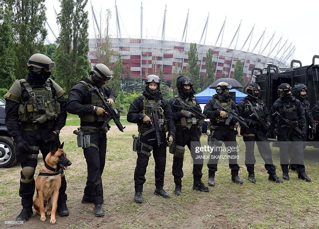 Policemen from anti-terrorist unit stand in front of the national stadium after anti-terrorism exercises on May 31, 2016 in Warsaw. Polish anti-terrorism units hold exercises in Poland's national stadium in Warsaw where NATO will hold summit in July. / AFP / JANEK