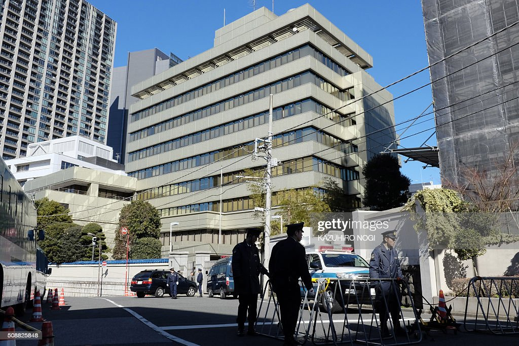 Policemen stand guard in front of the headquarters of Chongryon (C), the General Association of Korean Residents in Japan, in Tokyo on February 7, 2016. North Korea launched a long-range rocket on February 7, violating UN resolutions and doubling down against an international community already determined to punish Pyongyang for a nuclear test last month. AFP PHOTO / KAZUHIRO NOGI / AFP / KAZUHIRO NOGI