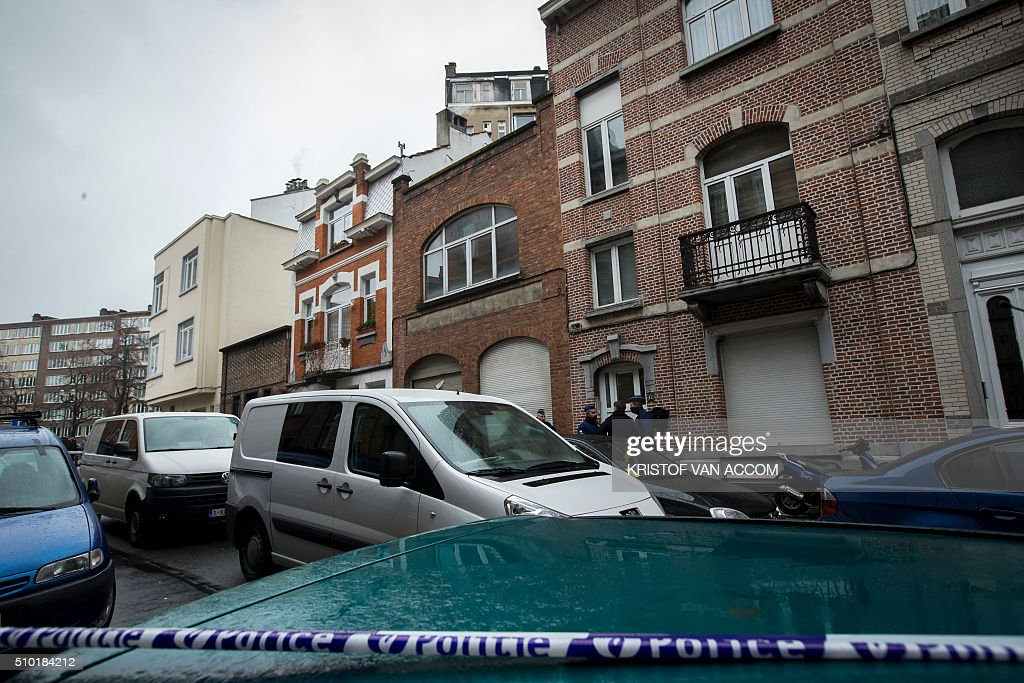 Policemen stand in front of a building where the corpse of a child was found, on February 14, 2016, near the rue Van Hammee in Schaarbeek-Schaerbeek in Brussels. / AFP / Belga / KRISTOF VAN ACCOM / Belgium OUT