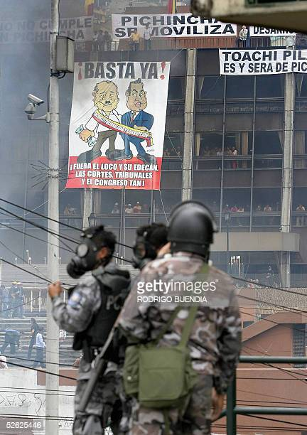 Policia antimotines repelen a manifestantes delante del edificio del Consejo Provincial de Pichincha donde fueron colocadas pancartas que piden la...