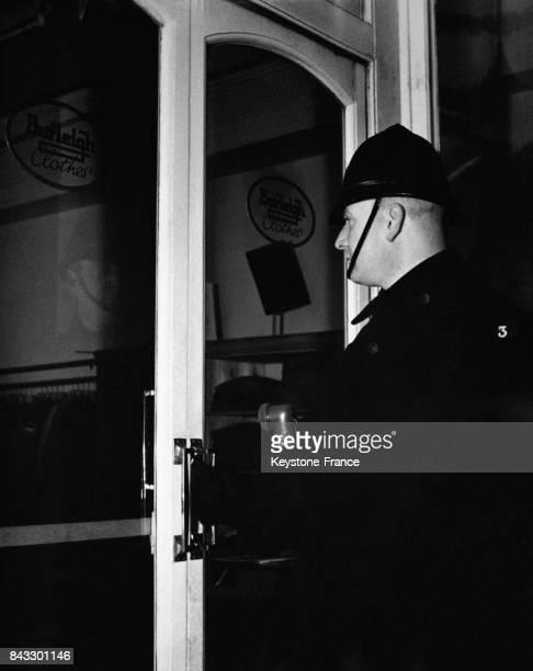 Policier vérifiant la fermeture d'une porte d'entrée pendant sa ronde à Monmouth Pays de Galles RoyaumeUni en février 1951