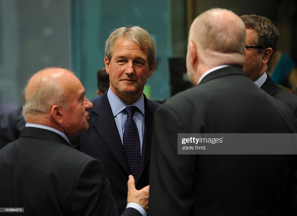 Polish Agriculture Minister Stanislaw Kalemba (L) speaks with British Environment Secretary Owen Paterson (C) on September 24, 2012 before an Agriculture Council meeting to focus on the reform of the Common Agricultural Policy, or CAP, at EU headquarters in Brussels.