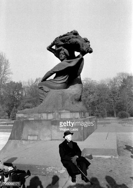 Polish American classical pianist Artur Rubinstein in front of the monument to Frederic Chopin in Lazienki Park Warsaw Poland 1979