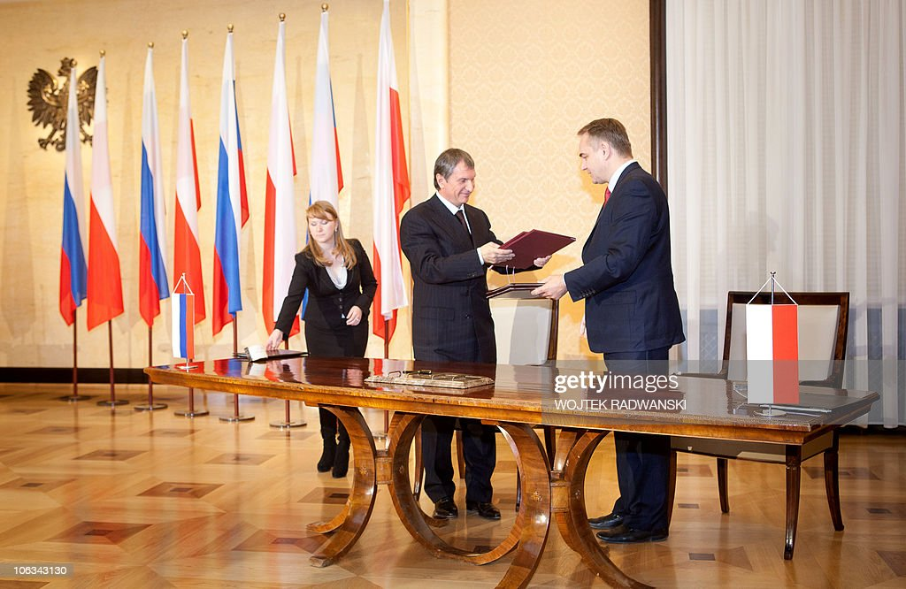 Polish Deputy Prime Minister Waldemar Pawlak (2R) and Russia's Deputy Prime Minister Igor Sechin (2L) attend a document signing ceremony in Warsaw, on October 29, 2010. Poland and Russia inked a deal on deliveries of Russian natural gas until 2022, finalising an agreement struck earlier this month in Moscow, a senior Polish minister said. Under the agreement, Russia will deliver gas to Poland until 2022, while the transit of Russian natural gas through Polish territory further west via the Yamal-Europe pipeline is contracted until 2019, according to Russian gas giant Gazprom. AFP PHOTO WOJTEK RADWANSKI