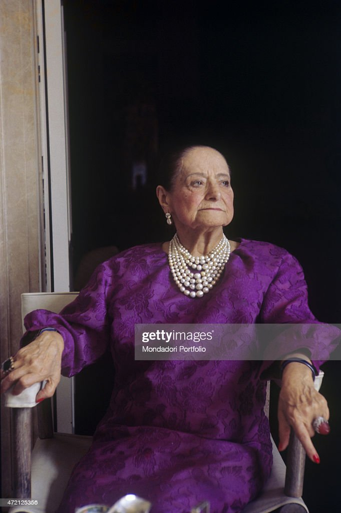 'Polish entrepreneur <a gi-track='captionPersonalityLinkClicked' href=/galleries/search?phrase=Helena+Rubinstein&family=editorial&specificpeople=212912 ng-click='$event.stopPropagation()'>Helena Rubinstein</a>, born Chaja Rubinstein, poses in her villa wearing a lilac dress and pearls necklace. New York (USA), April 1964. (Photo by Mario De Biasi\Mondadori Portfolio via Getty Images)'
