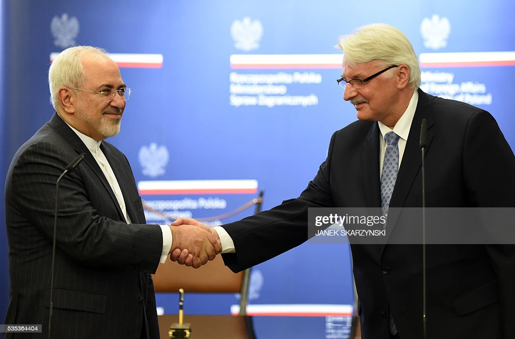 Polish Foreign Minister Witold Waszczykowski (R) shakes hands with Iran's Foreign Minister Mohammad Javad Zarif during their meeting on May 29, 2016 in Warsaw. / AFP / JANEK