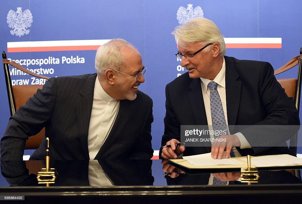 Polish Foreign Minister Witold Waszczykowski (R) talks with Iran's Foreign Minister Mohammad Javad Zarif during their meeting on May 29, 2016 in Warsaw. / AFP / JANEK