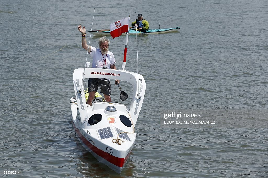 Polish kayaker Aleksander Doba begins his translatlantic kayak adventure from New York to Lisbon on May 29, 2016 in New York. The 69-year-old man hopes to complete his journey in three months. / AFP / EDUARDO