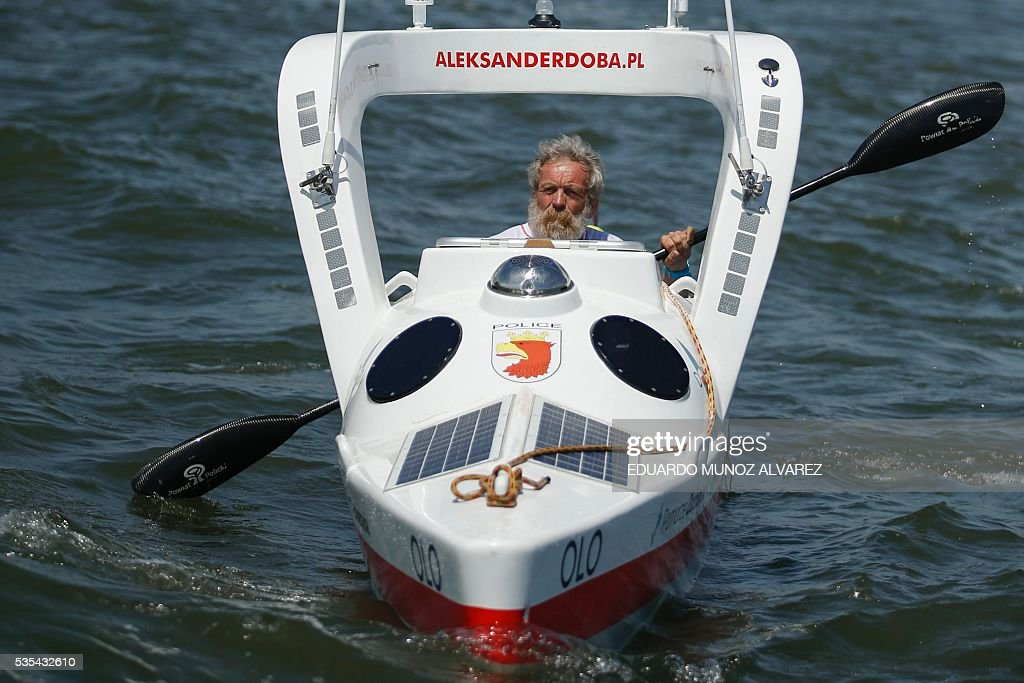 Polish kayaker Aleksander Doba sails at the start of his translatlantic kayak adventure from New York to Lisbon on May 29, 2016 in New York. Doba says this will be his toughest challenge yet, but that he feels like a young man and 'will not pretend to be old.' / AFP / EDUARDO