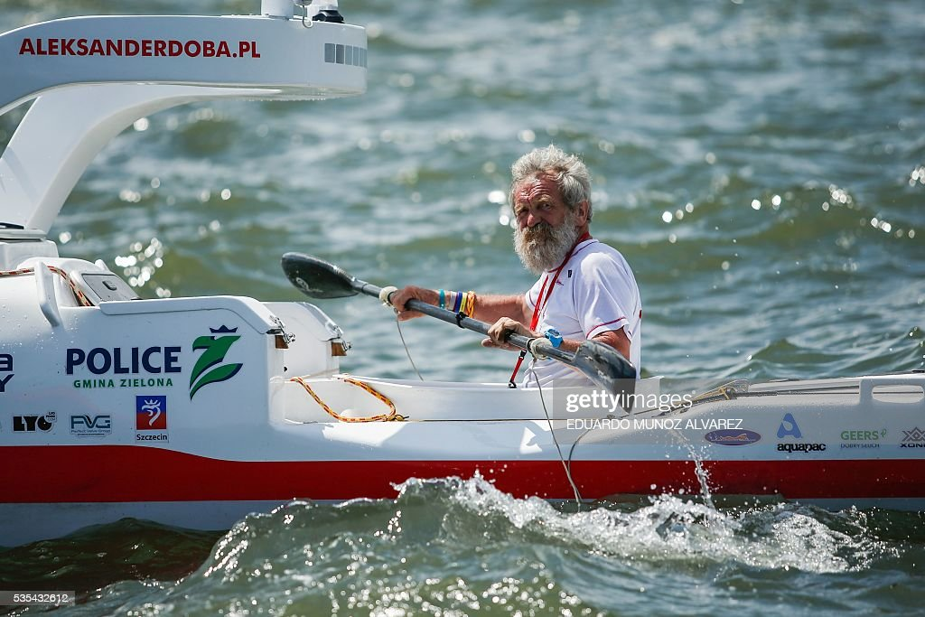 Polish kayaker Aleksander Doba sails during the start of his translatlantic kayak adventure from New York to Lisbon on May 29, 2016 in New York. Doba says this will be his toughest challenge yet, but that he feels like a young man and 'will not pretend to be old.' / AFP / EDUARDO