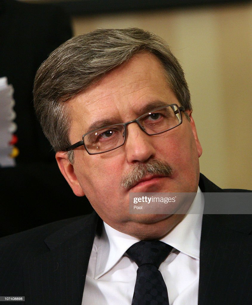 Polish President <a gi-track='captionPersonalityLinkClicked' href=/galleries/search?phrase=Bronislaw+Komorowski&family=editorial&specificpeople=836872 ng-click='$event.stopPropagation()'>Bronislaw Komorowski</a> meets with U.S. President Barack Obama in the Oval Office on December 8, 2010 in Washington, DC. Obama and Komorowski were to meet for two bilateral meetings at the White House today.